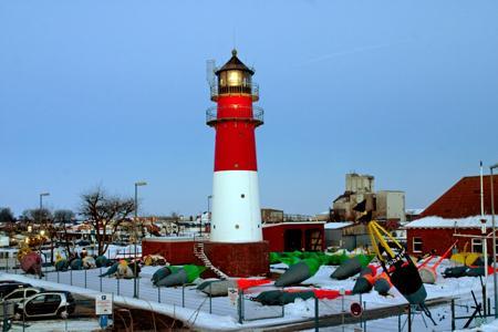 Büsum im Winter zur blauen Stunde., Leuchtturm, Lighthouse, Phare, Deutschland, Schleswig-Holstein, Nordseeküste, Büsum, Hafen