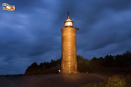 St. Peter-Ording. Im Ortsteil Böhl steht dieser Leuchtturm auf dem geteerten Deich., Leuchtturm, Foto, Albers, foreal, St. Peter, Böhl