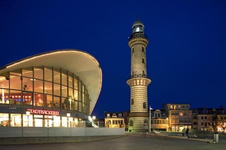 Warnemünde Leuchtturm mit Teepott (links), Leuchtturm, Deutschland, Mecklenburg-Vorpommern, foreal, Reinhard, Albers, Foto, Warnemünde,