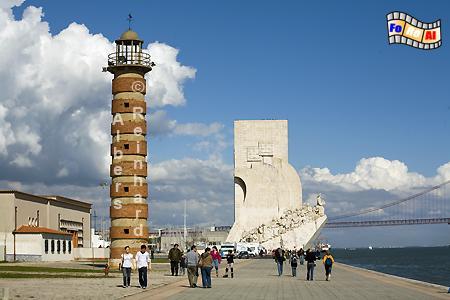 Lissabon - Historischer Leuchtturm am Ufer des Tejo mit dem Denkmal der Entdeckungen im Hintergrund., Leuchtturm, Lissabon, Portugal, Farol, Tejo, Albers, foreal