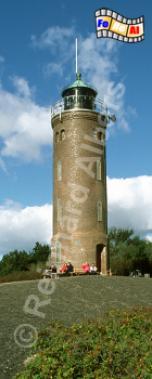 Der Leuchtturm von St. Peter-Ording steht auf dem geteerten Deich des Ortsteils Böhl., Leuchtturm, Deutschland, Schleswig-Holstein, Eiderstedt, St. Peter-Ording, Böhl