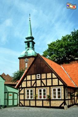 Kappeln - Fachwerkhaus mit Nikolaikirche im Hintergrund, Kappeln, Nikolaikirche, Schlei, Schleswig-Holstein, Albers, Foto, foreal,