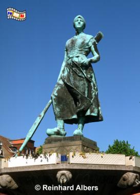 Husum - Tine-Brunnen auf dem Marktplatz vor der Marienkirche, Huseum, Tine, Brunnen, Schleswig-Holstein, Albers, foreal, Foto