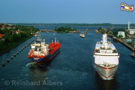 Nord-Ostsee-Kanal - Blick von der Holtenauer Hochbrücke auf die Schleusen., Kiel, Holtenau, Schleusen, Nord-Ostseekanal, Albers, Foto, foreal,