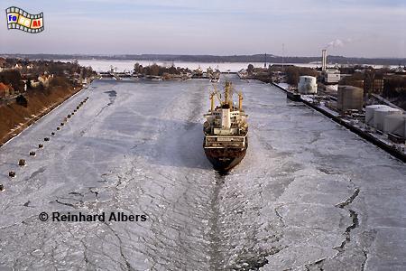 Nord-Ostsee-Kanal im Winter. Im Hintergrund die Schleusen von Kiel-Holtenau., Kiel, Holtenau, Schleusen, Nord-Ostseekanal, Albers, Foto, foreal,