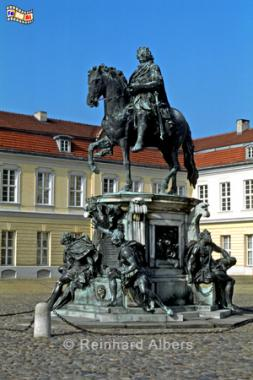 Reiterstandbild des Großen Kurfürsten im Ehrenhof von Schloss Charlottenburg wurde 1696 nach einem Entwurf von Andreas Schlüter geschaffen., Berlin, Schloss, Charlottenburg, Großer Kurfürst, Andreas Schlüter, Foto, foreal, Albers,