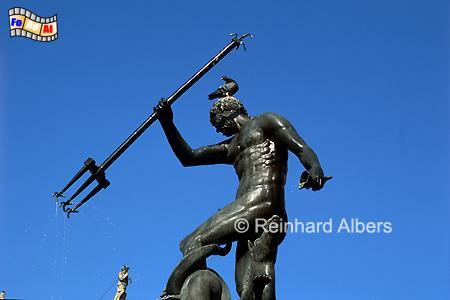 Fontana Neptuna (Neptunbrunnen) aus dem Jahr 1633 steht vor dem Artushof. Die Statue des Meersgottes Neptun stammt von dem niederländischen Bildhauer Peter Husen., Polen, Danzig, Gdańsk, Neptunbrunnen, Langer, Markt, Długi, Targ, Albers, Foto, foreal