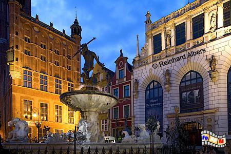 Długi Targ (Langer Markt). Der neben dem Rathaus und vor dem Artushof gelegene Neptunbrunnen. , Polen, Danzig, Gdańsk, Neptunbrunnen, Langer, Markt, Długi, Targ, Albers, Foto, foreal