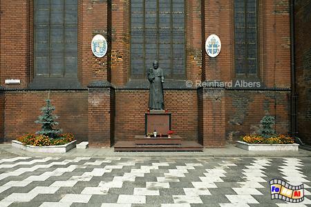 Denkmal für Johannes Paul II. neben der Brigittenkirche., Polen, Danzig, Gdańsk, Altstadt, Brigittenkirche, Albers, Foto, foreal