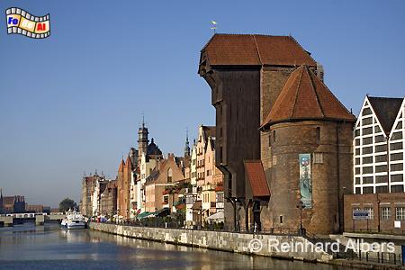 Gdańsk (Danzig) - Das Krantor aus dem Jahr 1444 verfügt über 2 Hebekräne in 11 und 27 m Höhe. Der obere diente vor allem zum Aufrichten bzw. Setzen von Schiffsmasten., Polen, Danzig, Gdańsk, Lange Brücke, Długi, Pobrzeże, Krantor, Mottlau, Albers, Foto, foreal