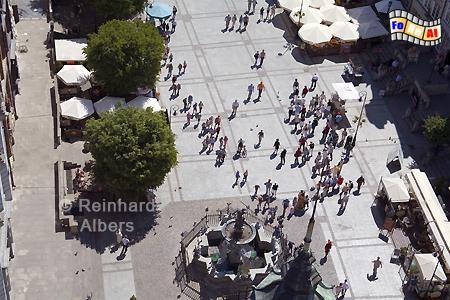 Blick vom Rathausturm auf den Langen Markt mit dem Neptunbrunnen., Polen, Danzig, Gdańsk, Długi, Targ, Langer, Markt, Rechtstadt, Neptunbrunnen, Fontana, Albers, Foto, foreal
