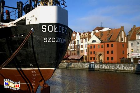 Links im Vordergrund das Museumsschiff