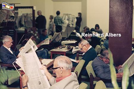 Langer Markt - Öffentliche Lesehalle (Aug. 1975), in der 2 bis 3 Exemplare westlicher Zeitung frei zugänglich waren., Polen, Danzig, Gdańsk, Langer Markt, Lesehalle, Foto, Albers, Foto,