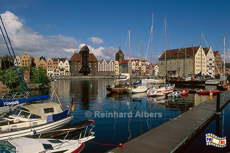 Gdańsk (Danzig) - Der Jachthafen mit dem Krantor im Hintergrund., Gdańsk (Danzig) - Das Krantor aus dem Jahr 1444 gilt als Wahrzeichen der Stadt.